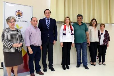José Carlos Gómez Villamandos y Luis Manuel Maya (quinto y sexto por la derecha), con representantes de la Universidad y de la Asociación