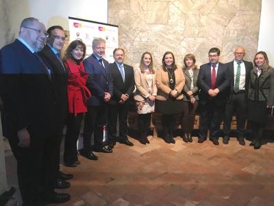 Foto de familia de autoridades asistentes a la gala del XX Aniversario de Fundecor