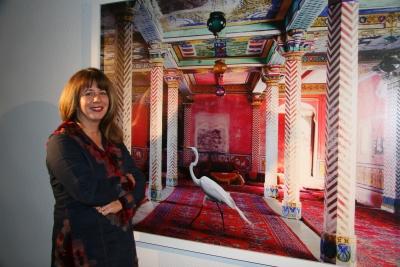 Karen Knorr posa con la imagen con la que ganó el V Premio Pilar Citoler