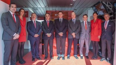 José Antonio Cristobal y José Carlos Gómez Villamandos (cuarto y quinto por la izda.) junto a representantes de ambas entidades en la inauguración de la actividad que se celebra en Rabanales