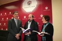 De izq a dcha, Fernando López, Manuel Torres y Maria del Carmen Liñan con el libro que recoge los relatos premiados en el IV Certamen