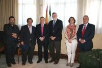 En el centro, Francisco Gil-Ortega y José Manuel Roldán, acompañados por responsables de la Cátedra de Medio Ambiente y la Fundación Enresa
