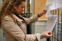 Una votante consulta el censo
