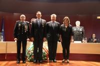 El rector en el centro, con las autoridades civiles y policiales tras recibir la distinción