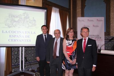De izquierda a derecha, José Carlos Gómez Villamandos, Antonio Gázquez, Julieta Mérida y Rafael Jordano, minutos antes del comienzo del acto de clausura de curso de la Cátedra