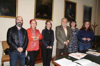 De izquierda a derecha, Luis Medina, Rosa María Calaf, María del Mar Ramírez, Julio Anguita, Lola Fernández y Pilar Vergara, minutos antes de empezar las deliberaciones