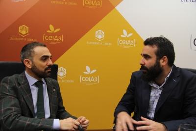 De izquierda a derecha, Alfonso Zamorano y Alberto Mayoral conversan en su encuentro para hacer balance del Programa Código Universidad