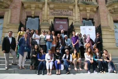 Estudiantes saudíes y españoles, juntos a la puerta del Rectorado