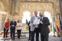 Luis Medina recibe de manos del consejero de Cultura, Miguel Ángel Vázquez, la distinción concedida a la UCO.