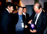 Carlos de Castro (segundo por la izq), de FREE, entrega a Nicholas Negroponte (der.) el iFreeTablet con el sistema operativo Siesta.