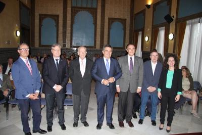 Juan María Vázquez (el cuarto por al izquierda), junto al rector y autoridades asistentes al Foro Diálogos Córdoba