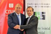 De izquierda a derecha, el presidente de Crue, Roberto Fernández, y el presidente de la Conferencia de  Consejos Sociales, Antonio Abril