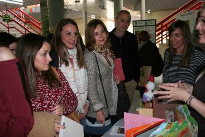 Esther Ruiz, Rosario Mérida y Juan Antonio Moriana durante la visita a los stands instalados en la Facultad de Ciencias de la Educación.