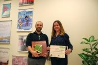 Miguel Antúnez entrega a Laura Criado con el diploma acreditativo del premio