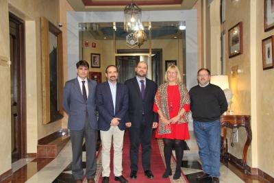Enrique Quesada, en el centro, junto a los miembros del jurado