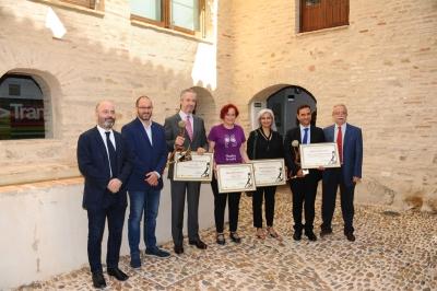 Foto de familia de autoridades  premiados