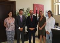 En el centro, Alfonso Zamorano, Enriqueta Moyano y Sandra Sánchezcon los representantes de la Universidad Panamericana de México.