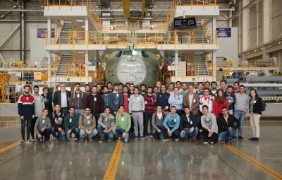 Estudiantes y profesores durante la visita Airbus Defense and Space