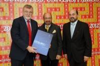 El rector recibe la memoria de EUSA de manos de su presidente, en presencia del vicerrector de Estudiantes y Cultura