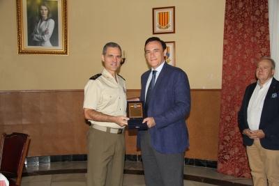 El rector recibe la distinción de manos del general jefe de la Brigada Guzmán el Bueno X, Aroldo Lázaro Sáenz