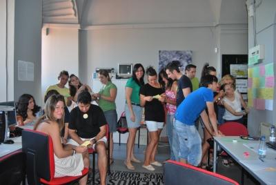 Los alumnos de inglés junto a su profesora Marta Villodres, en una de las prácticas