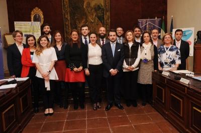 Foto de familia de autoridades y ganadores del torneo