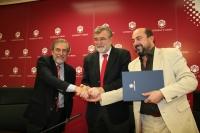 José Miguel Salinas, José Manuel Roldán y Manuel Torres se saludan tras la firma del acuerdo