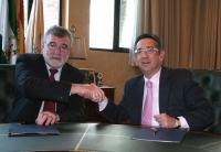 El rector, José Manuel Roldán, y el presidente del Imdeec, Ricardo Rojas, tras la firma del acuerdo