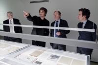 Pablo Rabasco, segundo por la izquierda, con las autoridades asistentes durante el recorrido por la exposición
