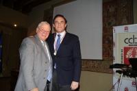 El rector, José Carlos Gómez Villamandos, tras la imposición de la medalla como académico por parte de José Cosano Moyano