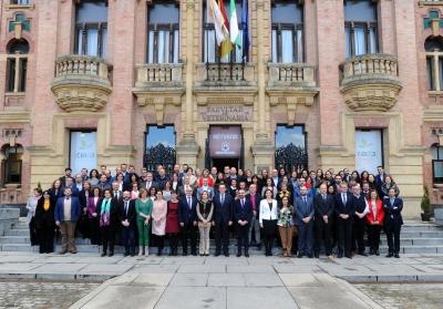 Foto de familia de autoridades y cargos académicos