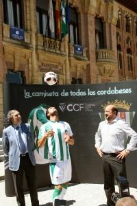 El Rectorado es escenario de los primeros toques de balón de Usero como jugador blanquiverde ante la mirada de Salinas y Torres
