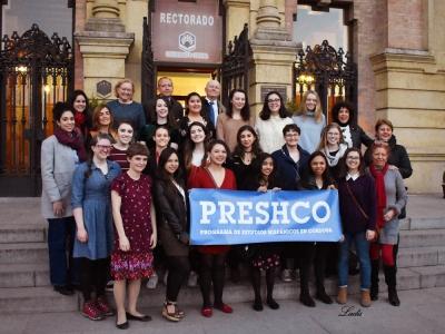 Foto de familia de autoridades y estudiantes del programa PRESHCO