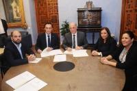 En el centro, el rector José Carlos Gómez Villamandos y el presidente de la Diputación de Córdoba, Antonio Ruiz, durante la firma de uno de los convenios