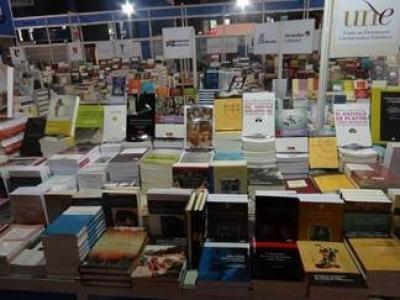 Imagen del stand de la UNE en la Feria del Libro de Buenos Aires 2014.