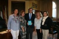 En el centro, el rector, acompañado por la delegación de FAKALI y la vicerrectora Rosario Mérida