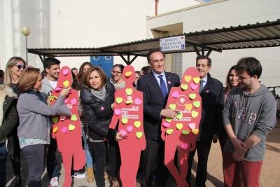 María Rosal, Rosario Mérida, José Carlos Gómez Villamandos y Manue Blázquez colocan su post-it en las siluetas instaladas en Rabanales