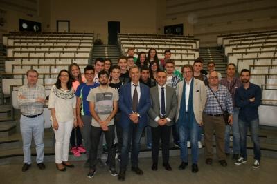 Foto de familia de las autoridades académicas y los estudiantes que han disfrutado de la jornada