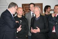 El rector conversa con Miguel Gómez y Juan Serrano, en presencia del decano Eulalio Fernández