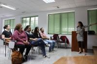 Alumnos del taller escuchan las explicaciones de la profesora