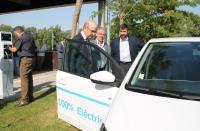 Manuel Carmona y Manuel Pineda examinan un vehículo eléctrico