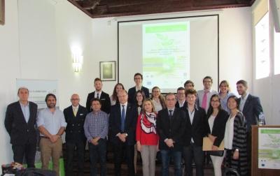 Foto de familia con las autoridades y los participantes en el debate