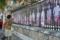 Una mujer se detiene frente a la imagen de los investigadores