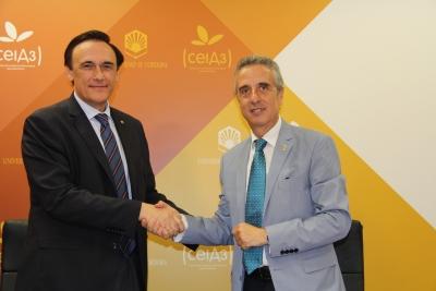 José Carlos Gómez Villamandos y Juan Pérez Guerrero, se saludan tras la firma del acuerdo.