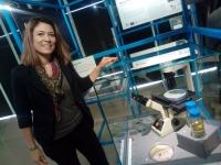 La investigadora de la UCO Alexandra Dubini junto a el proyecto que dirige y expuesto desde hoy en MUNCYT