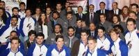 El rector, José Carlos Gómez Villamandos, junto al miembros del los equipos del Aula del Motor y otras autoridades.