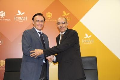 De izquierda a derecha, José Carlos Gómez Villamandos y Jatari Hamudi Andal-la, tras la firma del acuerdo