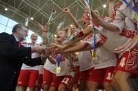 El rector entrega su trofeo a las campeonas rusas
