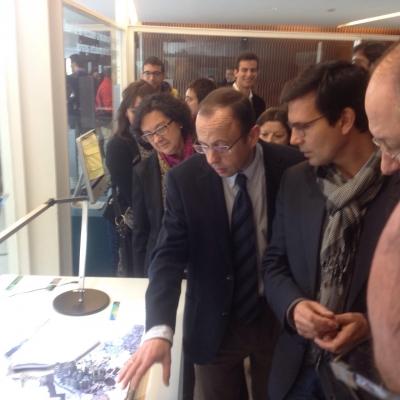 El profesor Emilio Camacho explica su trabajo a los asistentes a la inauguración. Junto a él, la directora de Investigación de la UCO, Teresa Roldán