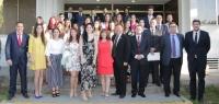 Foto de familia de profesorado y alumnos